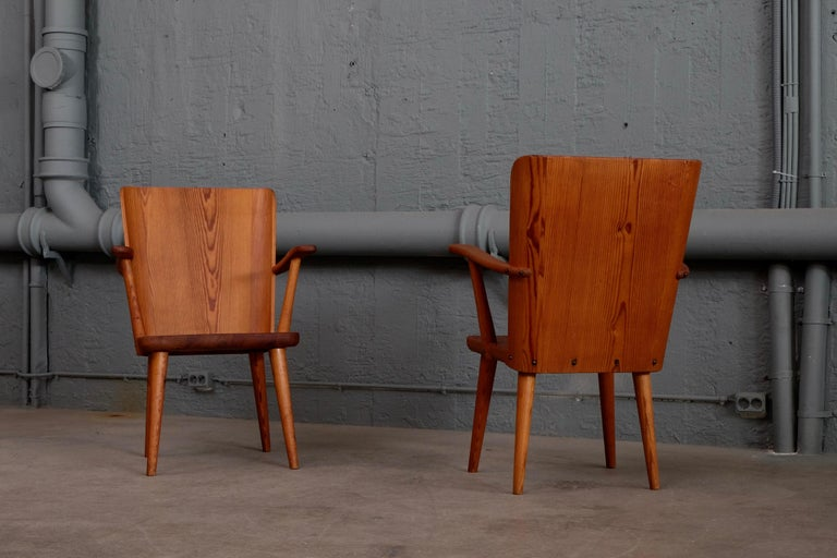 Rare Pair of Swedish Pine Chairs by Göran Malmvall, 1950s For Sale 1