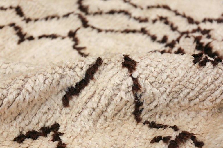 Wool Tribal Vintage Moroccan Rug. Size: 5 ft 5 in x 12 ft 3 in (1.65 m x 3.73 m) For Sale