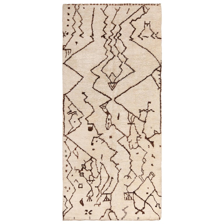 Tribal Vintage Moroccan Rug. Size: 5 ft 5 in x 12 ft 3 in (1.65 m x 3.73 m) For Sale
