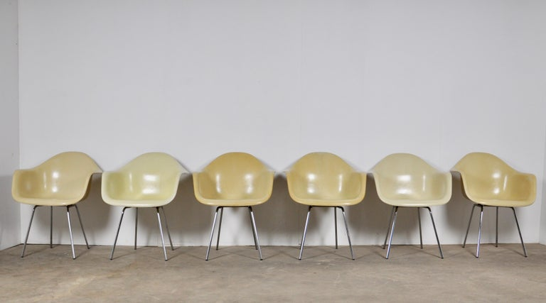 Set of 6 fiberglass chairs. Chrome-plated metal base. Little wear and tear (see photo).