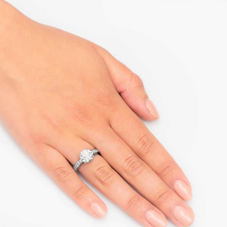 De Beers 2.40 Carat Round Brilliant Cut Diamond Engagement Ring, GIA In Excellent Condition For Sale In Houston, TX