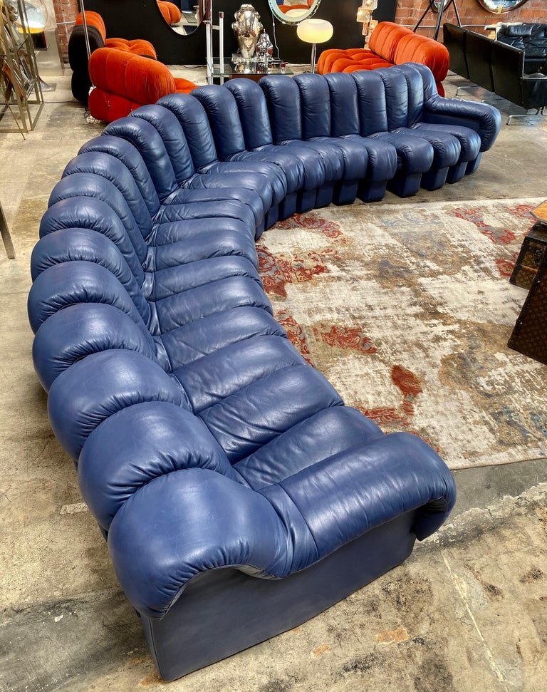 One of the most striking pieces of 1970s design: the De Sede DS600 modular sofa. This particular example features rich and supple blue leather comprised of 22 elements, with felt-lined sides. As you can see in the photos, the sofa can be twisted