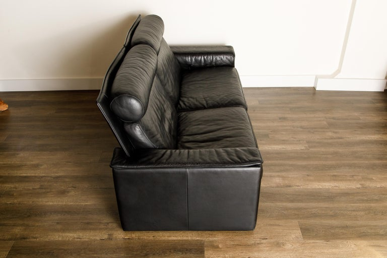 De Sede Aged Black Leather Recliner Loveseat Sofa, 1970s Switzerland, Signed For Sale 4