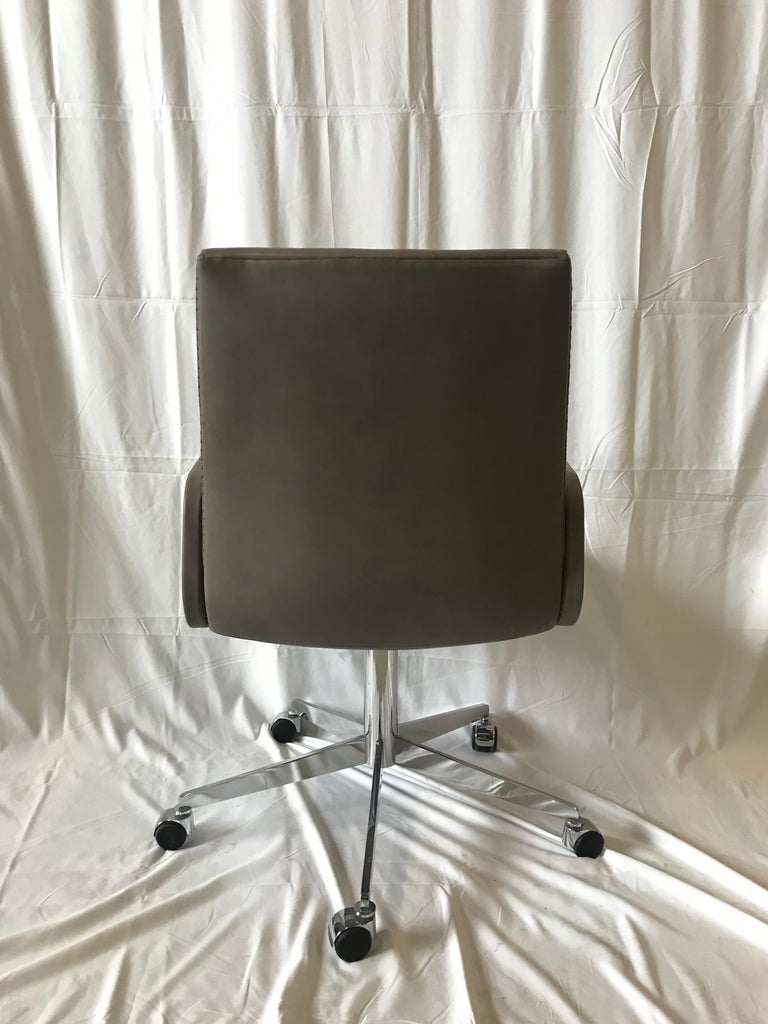 De Sede DS-1051 Conference Chair, Taupe Leather and Chrome Base In Excellent Condition For Sale In Vancouver, BC