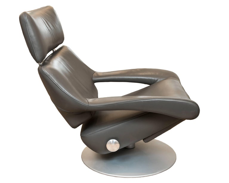 This wonderfully comfortable lounge chair in grey leather by premium furniture maker De Sede of Switzerland has a full 360 swivel, a two level hideaway foot stool, a side locking mechanism to adjust the tilt and is in excellent vintage