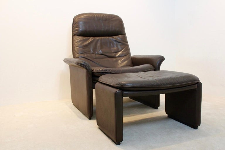 Exceptional De Sede DS-50 adjustable lounge chair with matching ottoman in thick chocolate brown buffalo leather. The fine chocolate brown leather is in superb condition with amazingly beautiful patina. Manufactured in the 1970s on a heavy frame of