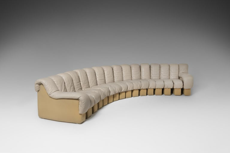 DS600 'Non Stop' sectional sofa by Ueli Bergere, Eleonora Peduzzi-Riva, Heinz Ulrich and Klaus Vogt for De Sede, Switzerland, 1972. The sofa contains 16 pieces with the original smooth beige / sand colored leather upholstery with a matching beige
