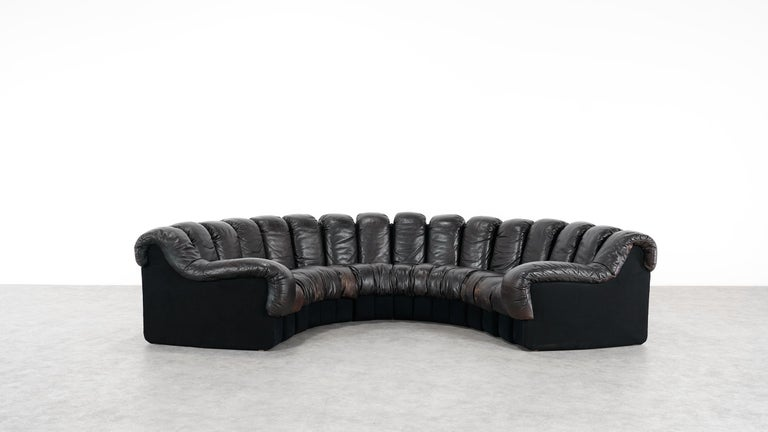 De Sede DS 600. Design by Ueli bergere, Eleonore Peduzzi-Riva, Heinz Ulrich, Klaus Vogt, 1972.  Absolutely stunning and modulable endless high class leather sofa. 16 elements in black / brown leather! Very good vintage condition. With nice