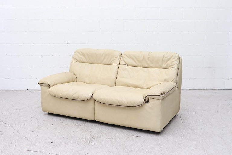 De Sede DS 66 Cream Leather Loveseat In Good Condition For Sale In Los Angeles, CA