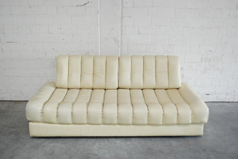 De Sede model Ds 85 daybed. This De Sede DS-85 daybed can be transformed into a double bed. It is upholstered in ecru white crème fine soft aniline leather. It features a circumferential tubular steel frame. The leather is in very good condition