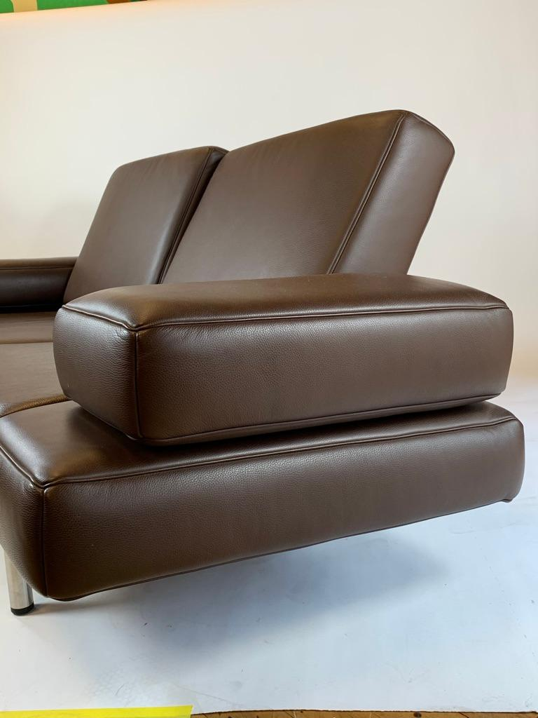 This refined chaise sofa by Modern leather masters De Sede of Switzerland perfectly balances straightforward form and inspired function. Stuttgart-based design team Nicolaus Maniatis and Thomas Kirn maintain resolute lines while pushing the bounds