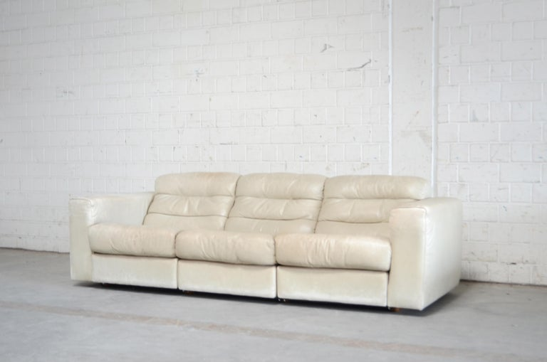 De Sede leather sofa DS 105. Aniline leather in ecru white Great comfort with an extendable seat for much more lounge comfort. I´ts a rare De sede model. Hard to find.