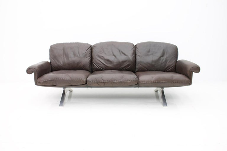 De Sede three-person leather sofa DS 31, Switzerland 1970. Beautiful condition with nice patina in chocolate brown leather.