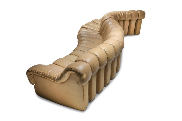 De Sede 'Non Stop' 'Tatzelwurm' sectional sofa containing 19 pieces in camel leather, of which 17 centre pieces and two higher armrests. Any number of pieces can be zipped together ensuring an endless shape suitable for every room and occasion. 