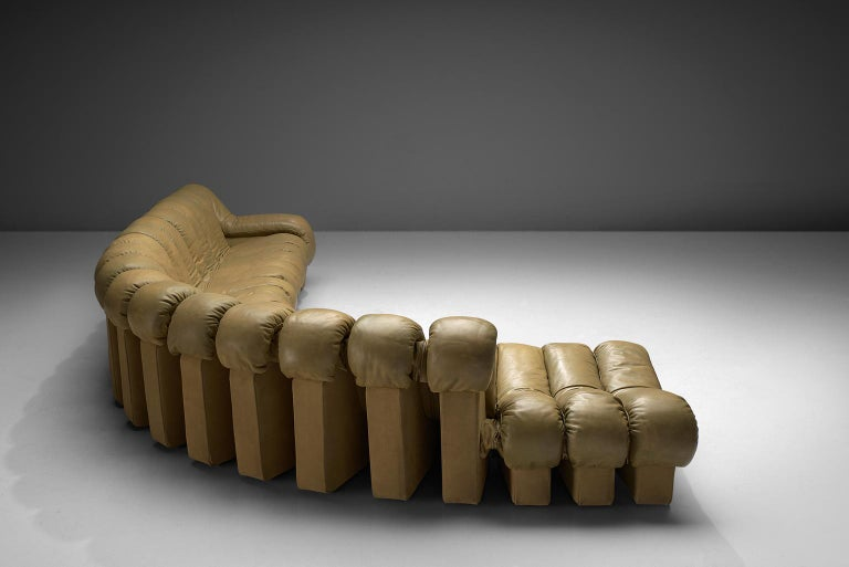 De Sede 'Snake' DS-600, in beige colored leather and beige, Switzerland, 1972.   De Sede 'Non Stop' sectional sofa containing 20 pieces in beige colored leather, of which 16 centre pieces, 3 ottomans and one higher armrest. Any number of pieces