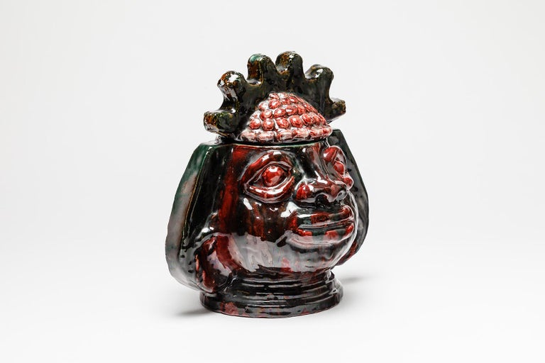 Guillaume Met De penninghen (1912-1990)  Rare and decorative large ceramic box by the belgian artist  Mid-20th century masterpiece, circa 1950  Elegant red and black ceramic glazes colors  Signed under the base