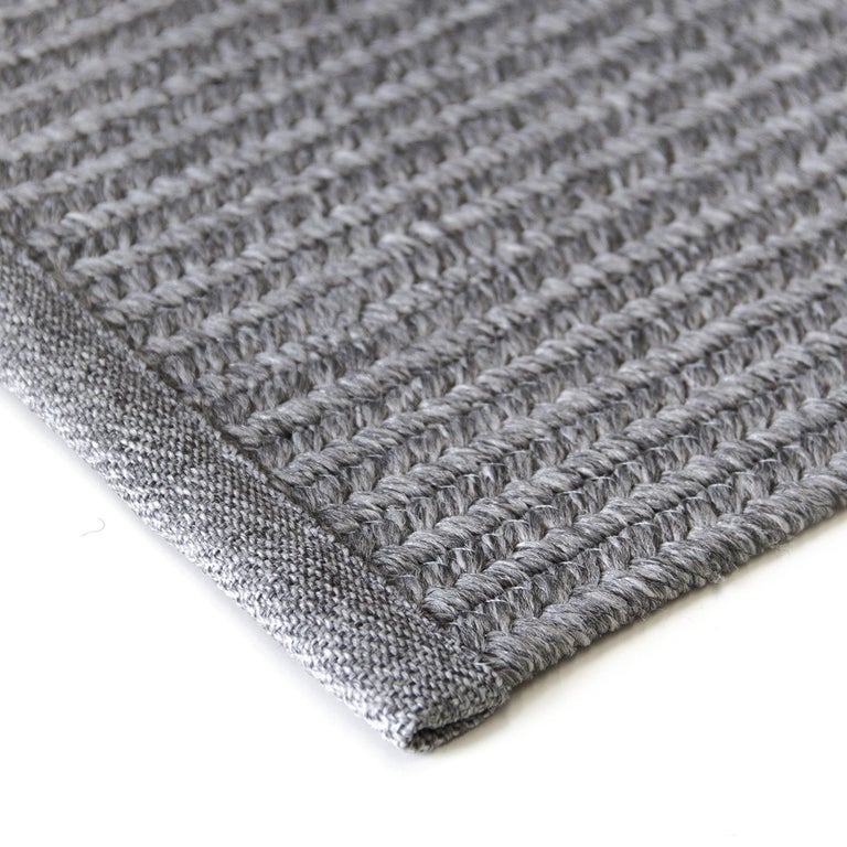 A perfect addition to both interiors and exteriors protected by a pergola or a curtain, this elegant rug boasts a braided surface that is machine crafted of polypropylene, making it resistant and impervious to mites, humidity, and sunlight. This