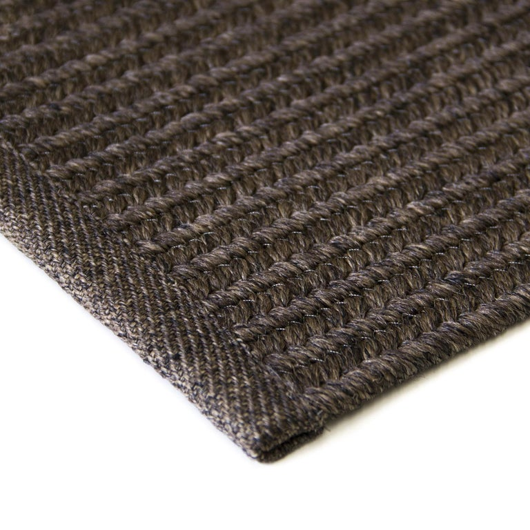 This reversible rug is a discreet and elegant addition to both interior and exteriors when protected by curtains or a pergola. It is machine crafted with a delicate braided texture using exclusively polypropylene, which makes it resistant to