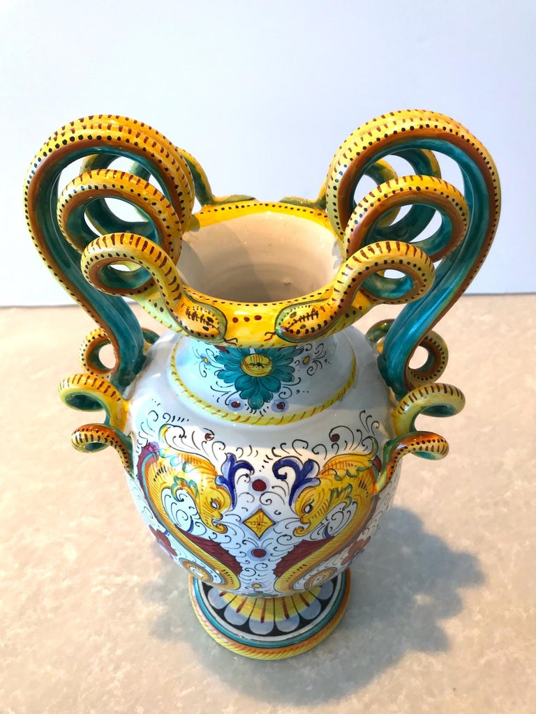 Deruta Hand Painted Majolica Ceramic Vase with Serpentines, 1980s In Excellent Condition For Sale In Miami, FL