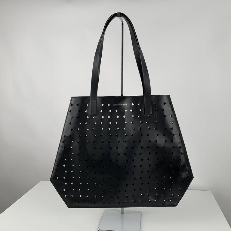 MATERIAL: Vinyl COLOR: Black MODEL: Tote GENDER: Women SIZE: Medium Condition CONDITION DETAILS: B :GOOD CONDITION - Some light wear of use - Minimal scratches due to normal use Measurements MEASUREMENTS: BAG HEIGHT: 13.75 inches - 35 cm BAG LENGTH: