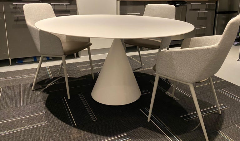 Desalto White Round Clay Table In Excellent Condition For Sale In New York, NY