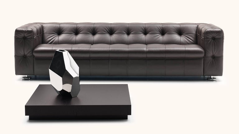 RH-306 is a striking appearance that impresses with craftsman like precision and refined details. The body stands on filigree feet, while the square leather panels harmonize elegantly with the rounded edges of the cubic base body. The sofa, in the