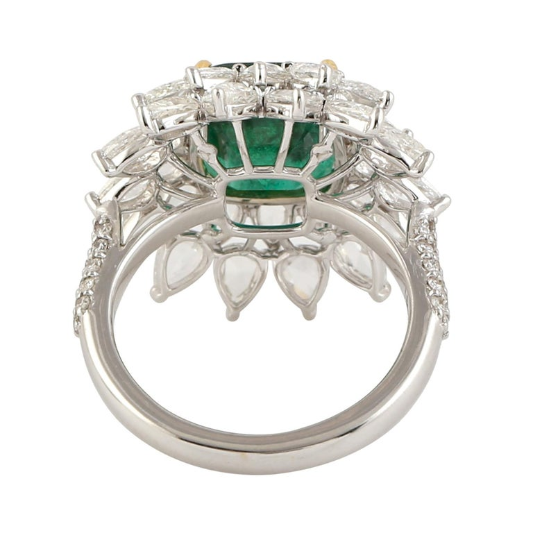Designer Emerald and White Diamond Ring in 18K white Gold In New Condition For Sale In New York, NY