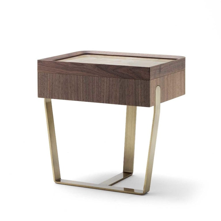 As a statement piece or combined with the desirè bench to provide highlight a modern bed frame, this elegant nightstand is a striking choice for a contemporary interior. The structure combines three crossing elements in metal with a luminous satin