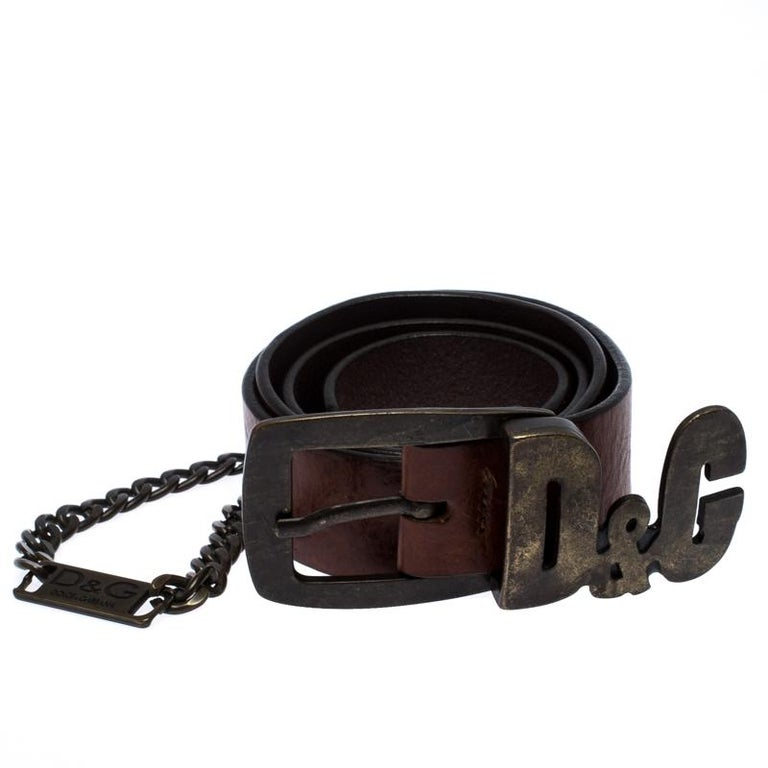 This D&G buckle belt is absolutely fabulous. The classic brown leather belt shines with its gold-tone hardware in the form of the signature symbols of the brand and the chain-link. On the inside is the embossed name of the brand. The belt is