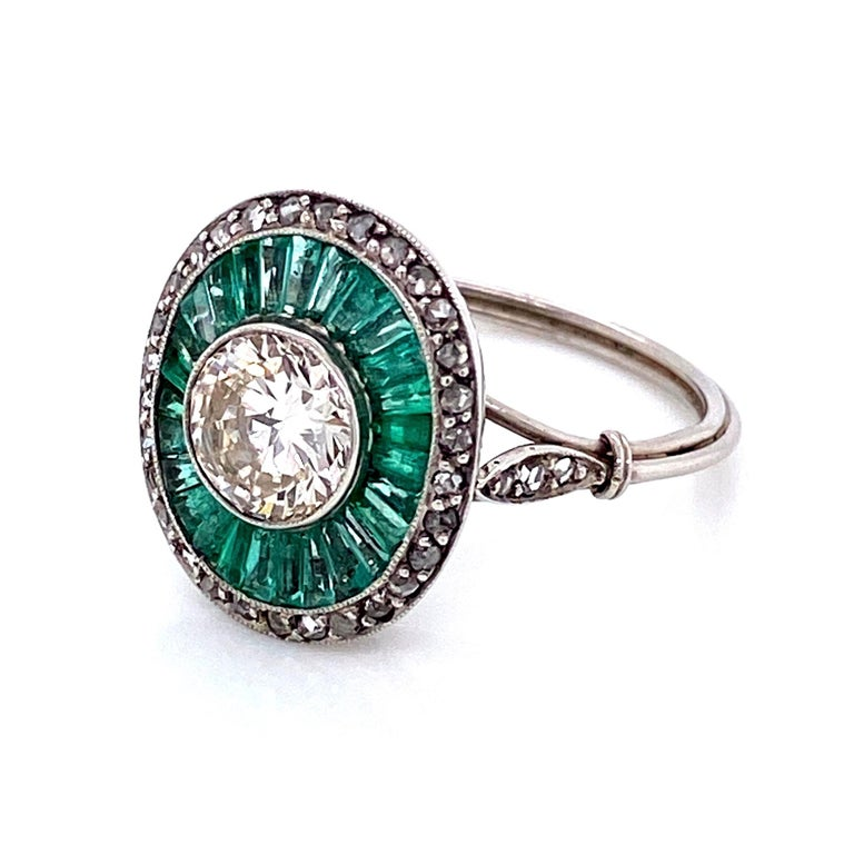 Diamond and Emerald Art Deco Style Cocktail Platinum Ring Estate Fine Jewelry In Excellent Condition For Sale In Montreal, QC