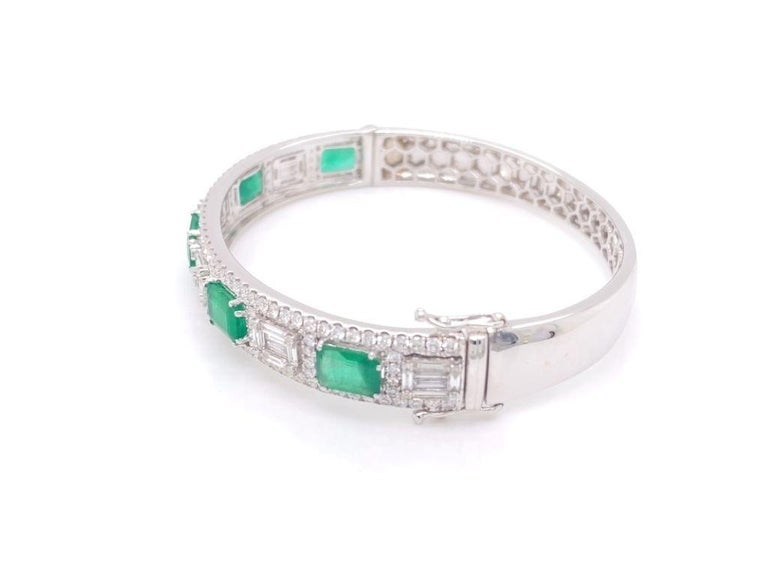Diamond and Emerald Bangle Bracelet In New Condition For Sale In Miami, FL