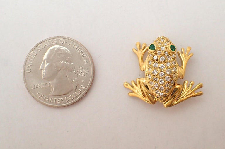 Diamond and Emerald Frog Pin in 18 Karat Yellow Gold For Sale 1