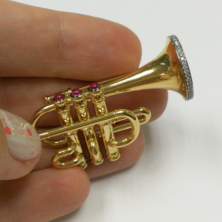 Diamond and Ruby Trumpet 18 Karat Yellow Gold Brooch In New Condition For Sale In Bangkok, TH