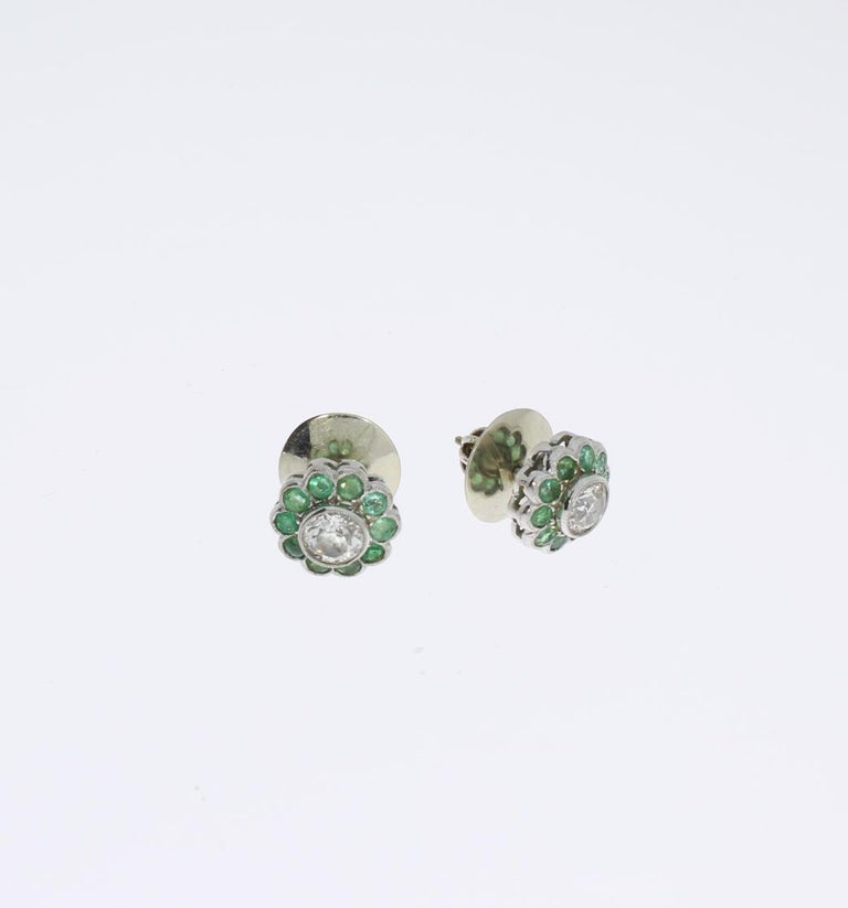 Diamond Emerald Floral Shape Stud Gold Earrings In Excellent Condition For Sale In Berlin, DE