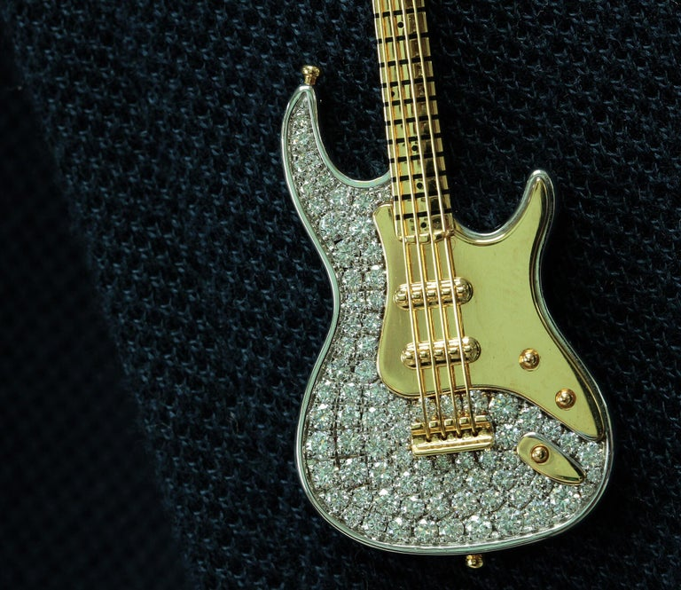 Diamond Guitar 18 Karat Yellow and White Gold Brooch In New Condition For Sale In Bangkok, TH
