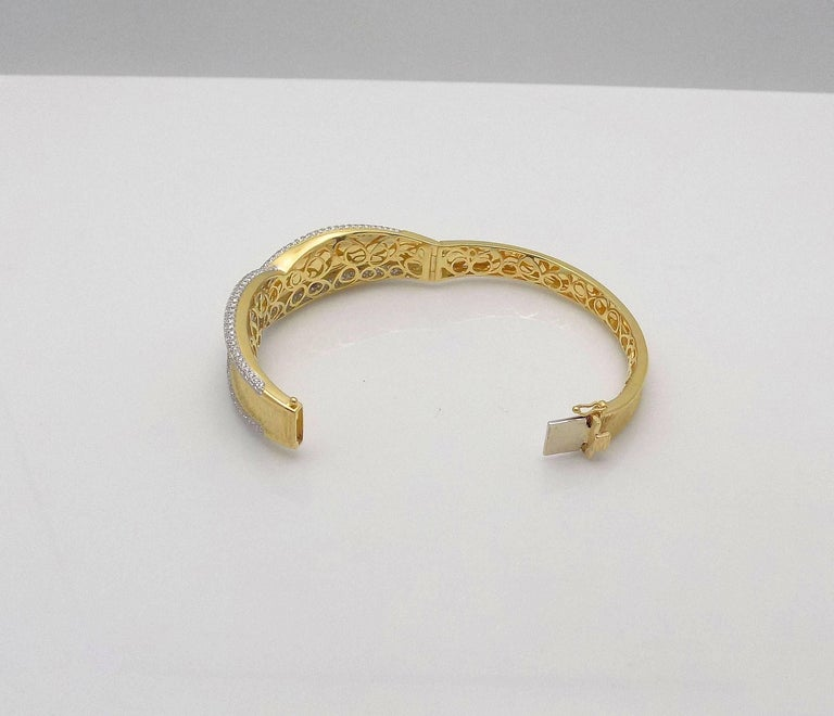 Round Cut Diamond Hinged Bracelet For Sale