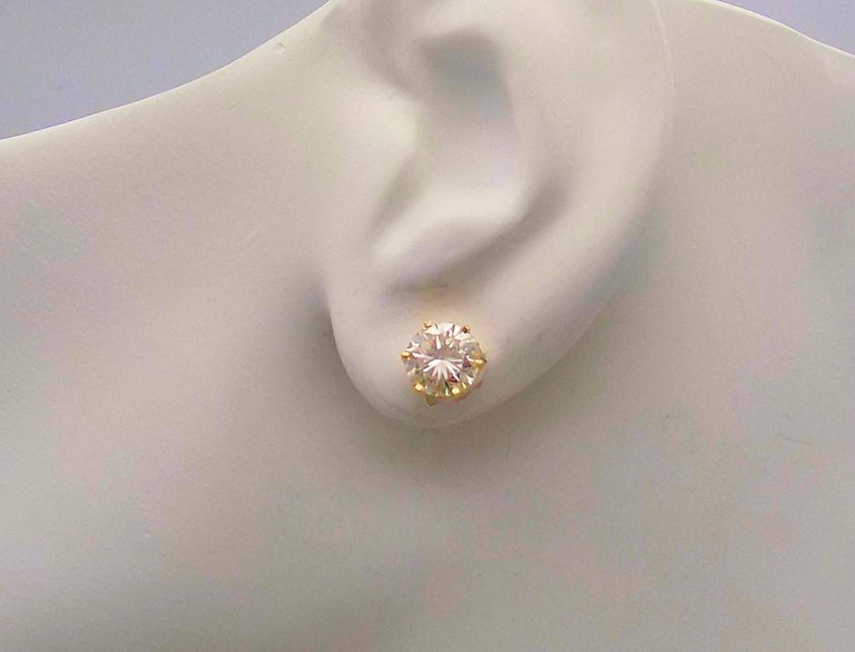 Women's or Men's Diamond Stud Earrings in 14 Karat Yellow Gold For Sale