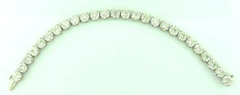 Diamond Tennis Bracelet with 19.24 Carat in Platinum In Excellent Condition For Sale In Palm Desert, CA
