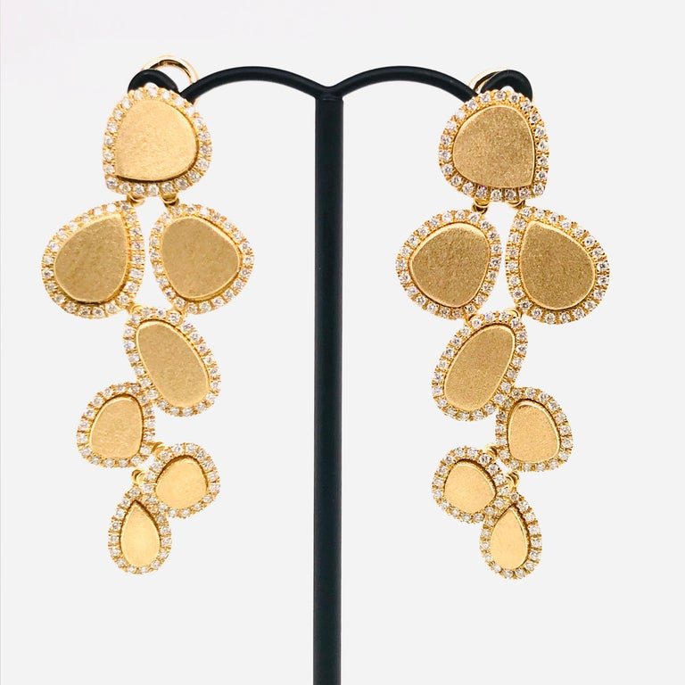 Diamonds and Brushed Yellow Gold 18 Karat Articulated Chandelier Earrings In New Condition For Sale In Vannes, FR