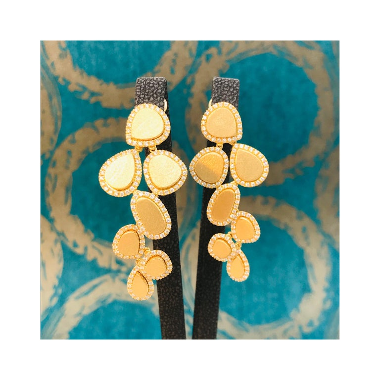 Women's Diamonds and Brushed Yellow Gold 18 Karat Articulated Chandelier Earrings For Sale