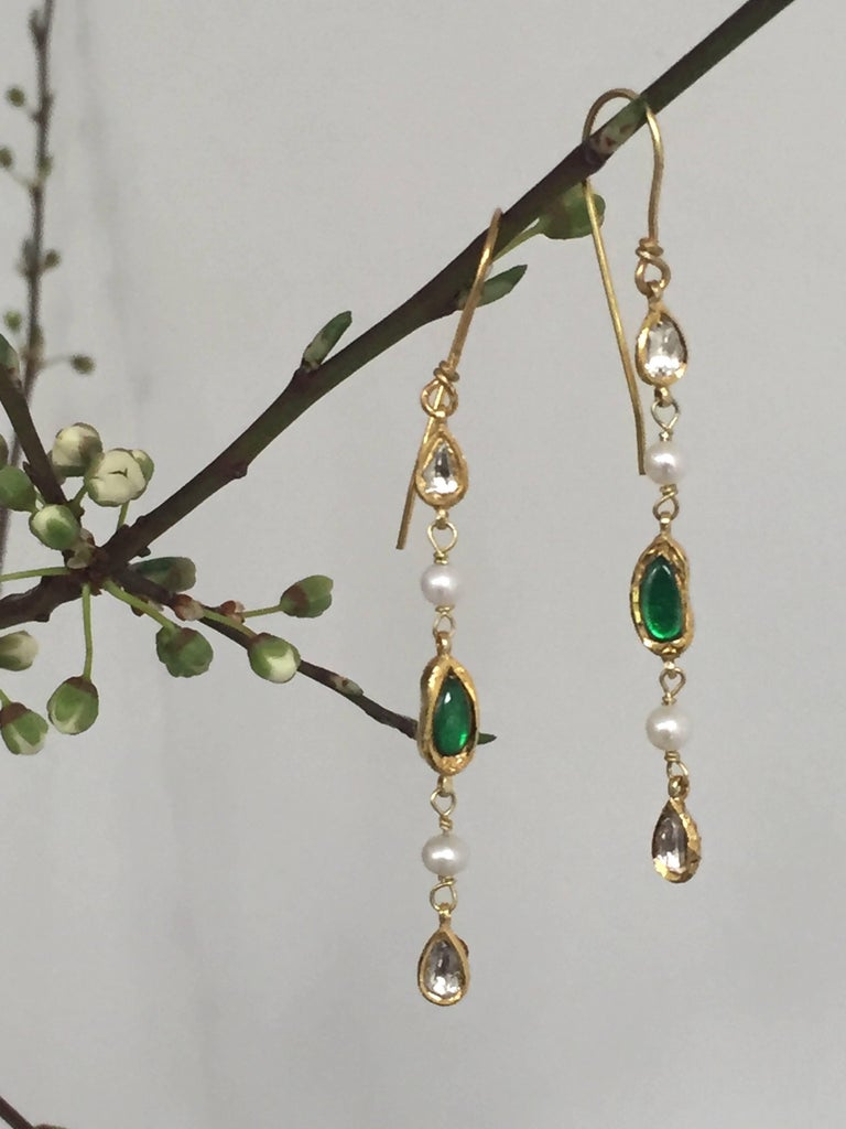 A pair of stunning and elegant dangle earrings made with polka diamonds (0.35ct.), emerald (2ct.) and pearls. Both sophisticated and casual. Limited edition of 5 OCTOBRE collection.  Brand : 5 OCTOBRE Designer : Sophie Pfeffer