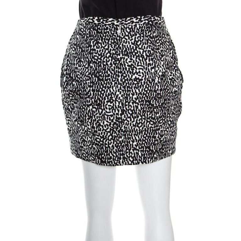 This high-on glamour mini skirt from Diane Von Furstenberg features a monochrome printed cotton body. Make this versatile piece an evening staple of your wardrobe. The zipper detail to the back and smart fit make it easy and comfortable to wear.