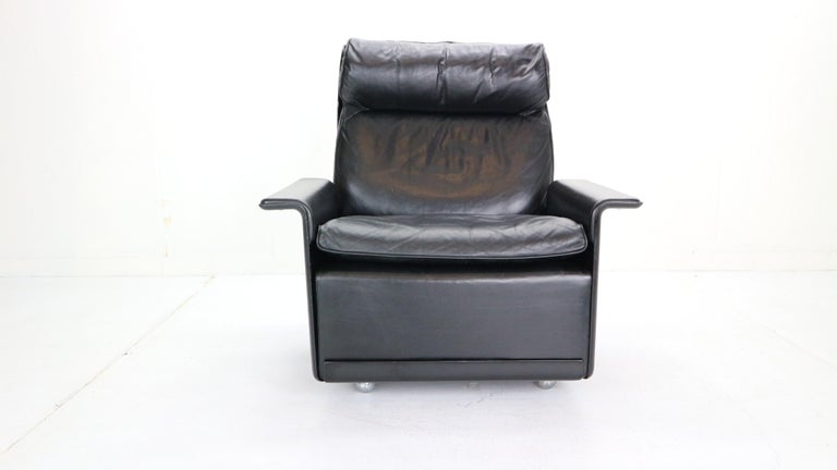 Black leather lounge chair designed by Dieter Rams back in 1962 for German manufacturer Vitsœ. Model-620. High-back armchair features swivel legs, black leather upholstery and fiberglass back & armrests. Excellent seating comfort.