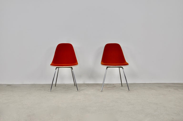 Pair of chairs in orange fabric. Fiberglass structure. Chromed metal legs. Wear due to time and age of the chairs. Measure: Seat height: 45cm.