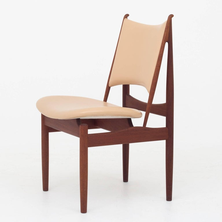 Dining set of eight Egyptian chairs and Judas table with two leaves of 55 cm. Mahogany and light leather. Maker Niels Roth Andersen.