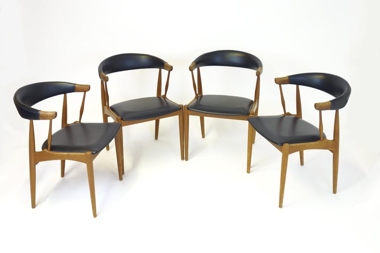 Extraordinary dining room set designed by Johannes Andersen, Denmark, 1960s. It is manufactured of solid teakwood and consists of a dining table with a diameter of 110cm. Its length can be enlarged with 2 separate extensions (50cm and 30cm) allowing