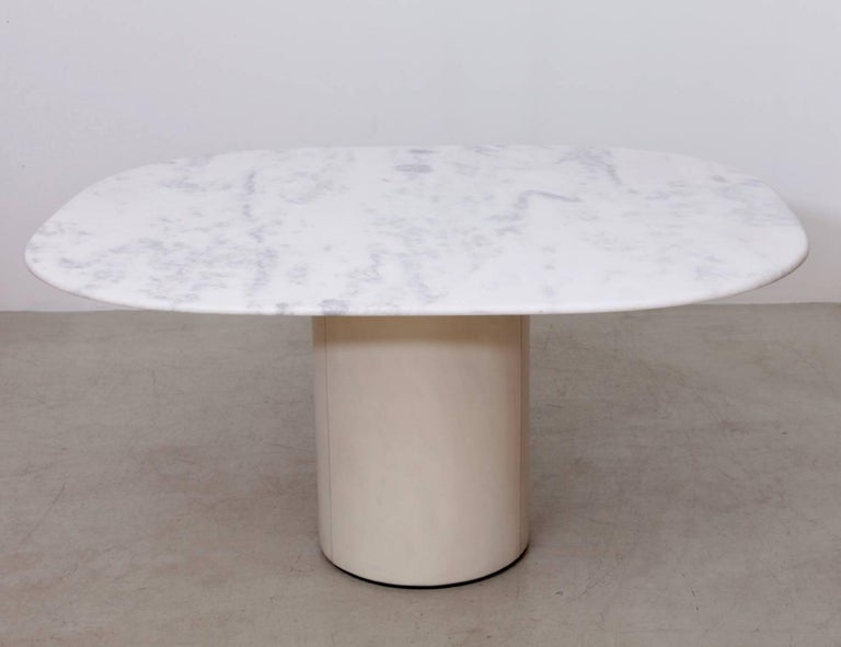 B&B Italia dining table in marble and leather from Italy made in the 1970s. Centre table with off white leather base and white marble top. The bright white veins shows beautiful veins with yellow, white and grey veins.