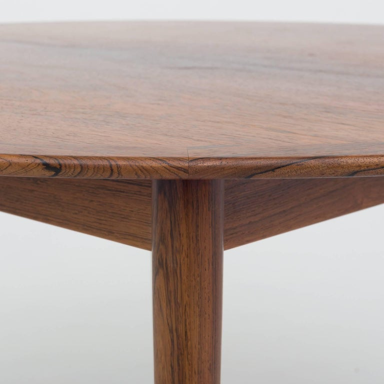 Round dining table in rosewood with two extension leaves of 50 cm. Maker P. Jeppesen.