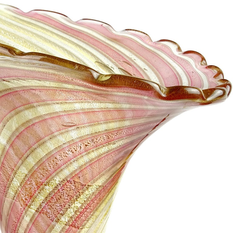 Gorgeous Murano hand blown Zanfirico ribbons and gold flecks Italian art glass sculptural flower vase. Documented to designer Dino Martens for Aureliano Toso, circa 1954, model number 5669 (published, see last photo). The piece has white net