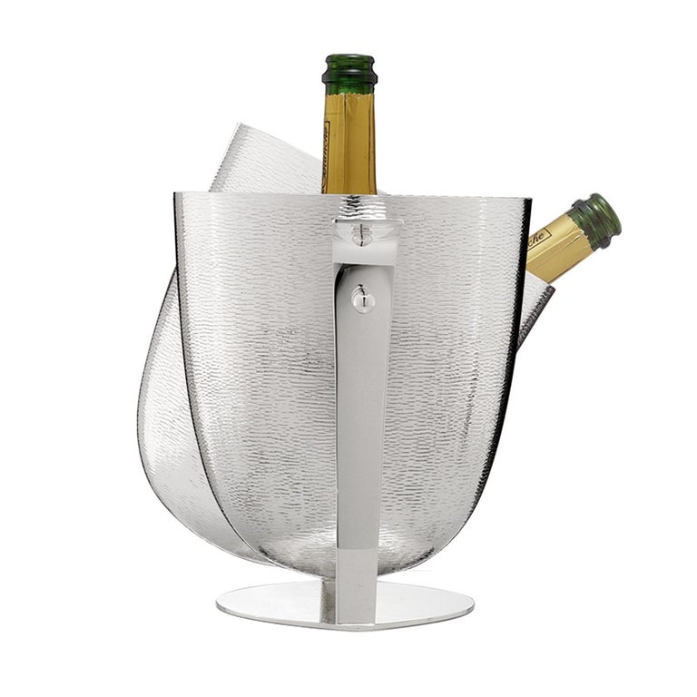 Superior champagne bucket crafted in a silver-plated alloy. The stunning texture on the exterior makes this piece a joy to look at.